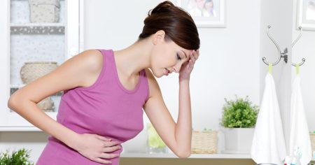 Беременная держится за живот