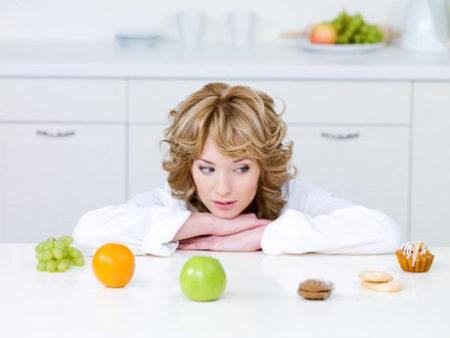 Девушка смотрит на еду