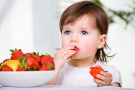 Девочка ест фрукты